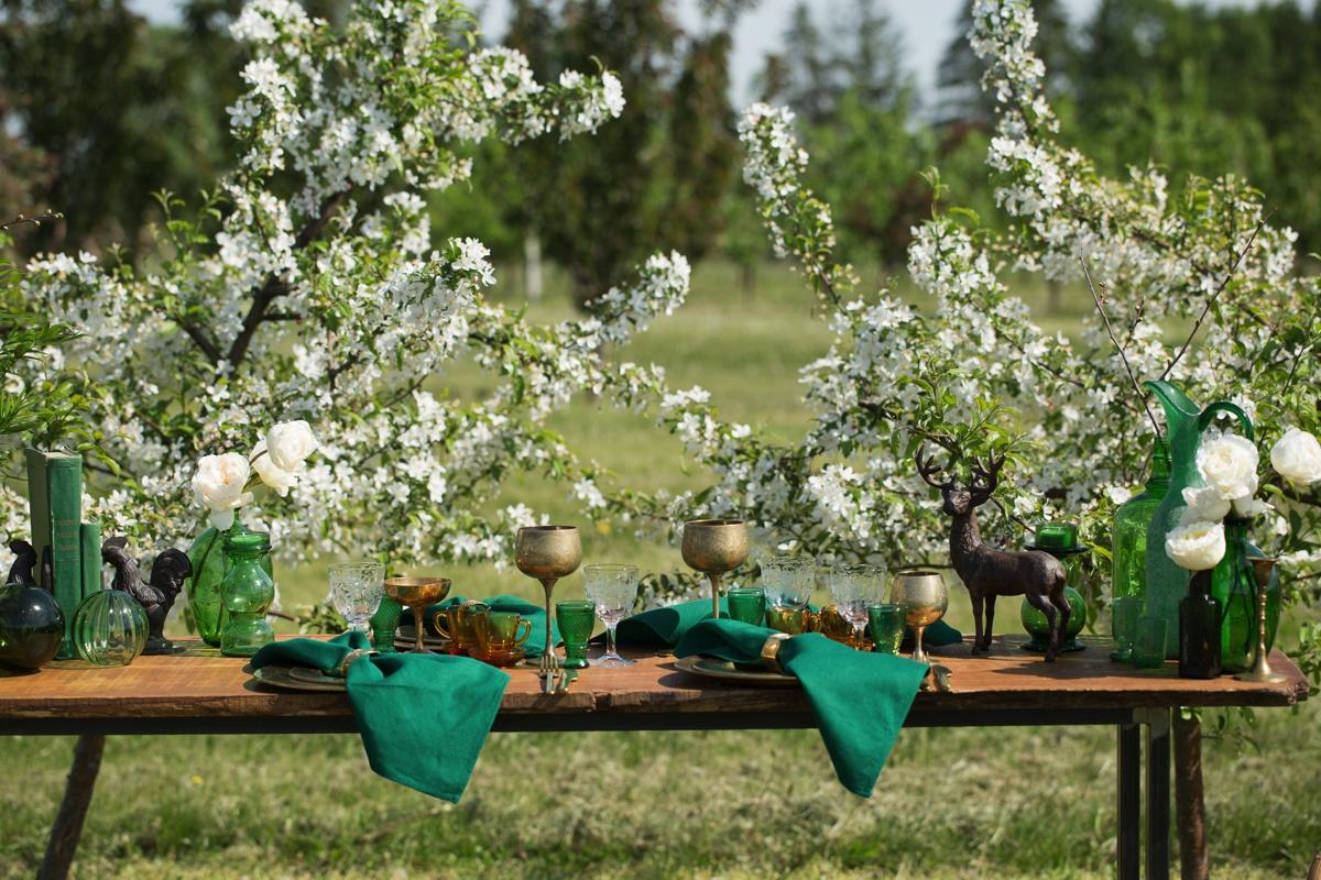 vintazinis stalo dekoras lauke